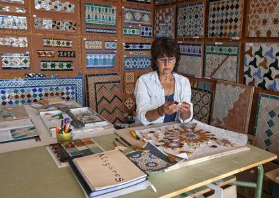 Maestra en mosaico cerámico andalusí trabajando en su taller