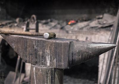 Forja, martillo y yunque en el taller de un herrero