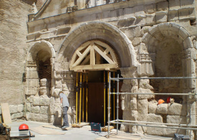 Maestro cantero restaurando la fachada de la Colegiata in Medina del Campo
